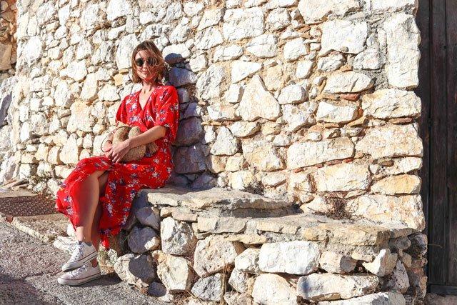 Outfit mit rotem Wickelkleid und weißen Chucks
