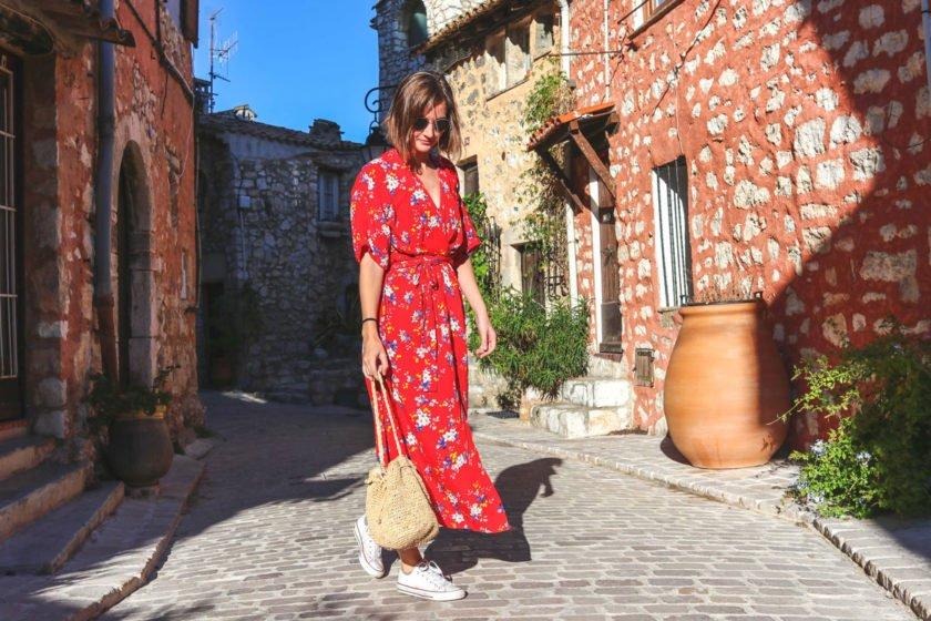 Outfit mit Wickelkleid und Strohtasche