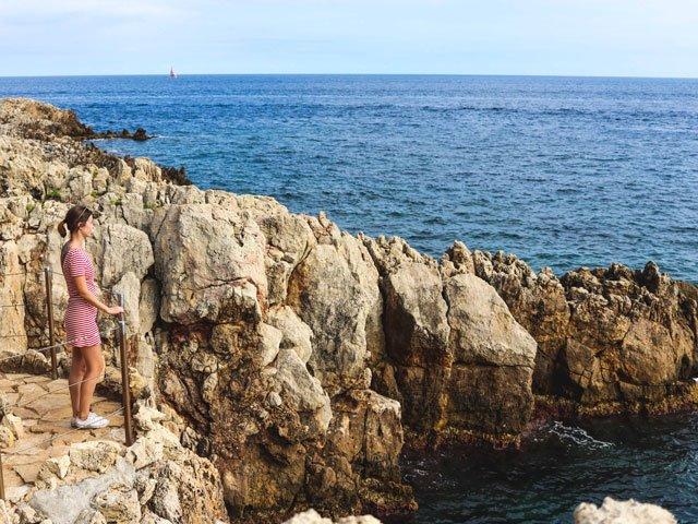 Mit rotem Streifenkleid am Cap d'Antibes