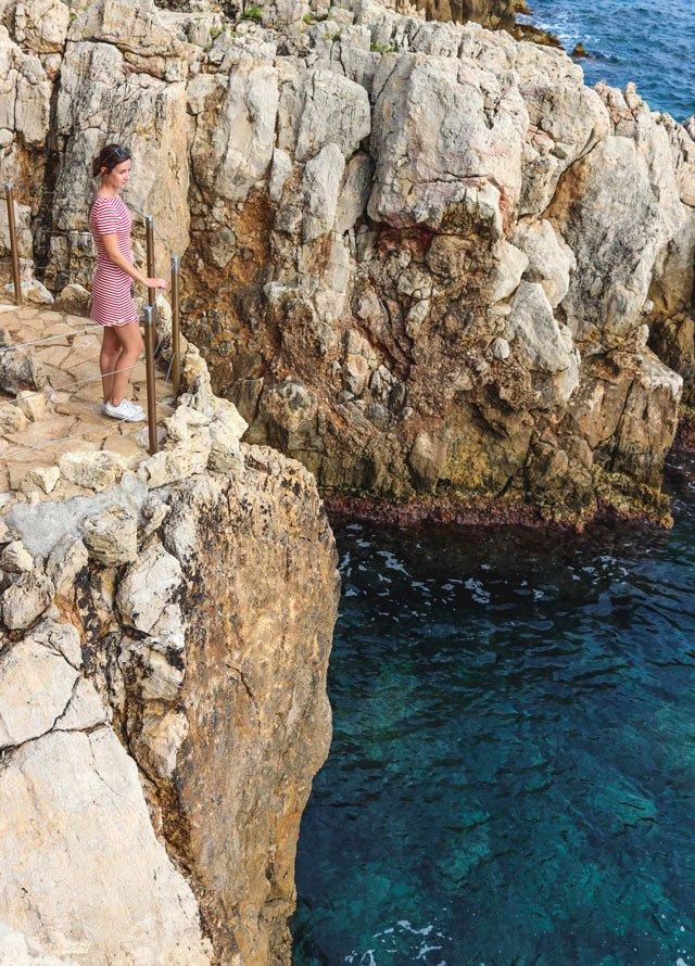 Mit rotem Streifenkleid von & Other Stories am Cap d'Antibes