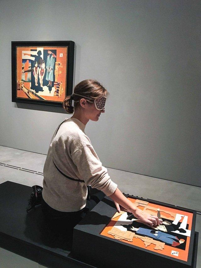 Ich vor dem Bild und Tastrelief von Hanna Höch in der Berlinischen Galerie