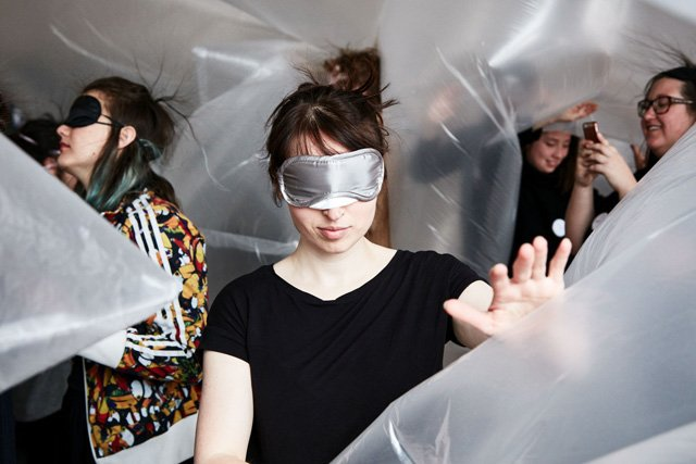 Teilnehmer des BEYOND Seeing Projekts beim Tasten