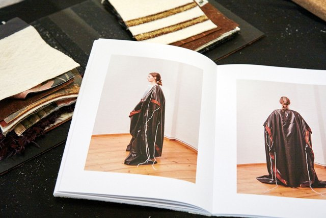 Aufgeschlagene Modezeitschrift