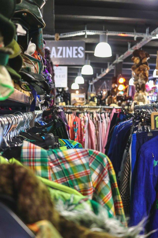 Kleiderstangen und Regale im Picknweight Vintage Shop Berlin