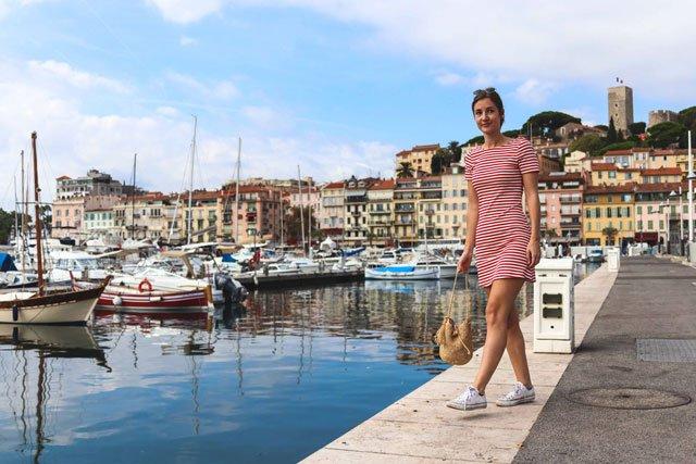 Rotes Streifenkleid von & Other Stories im Hafen von Cannes