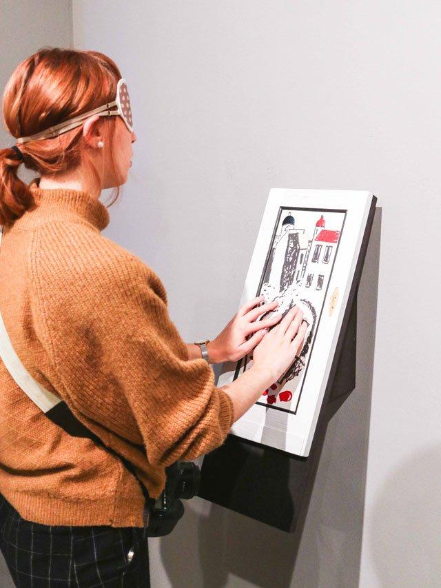 Sehende Bloggerin am Tastbild von Werner Heldt in der Berlinschen Galerie