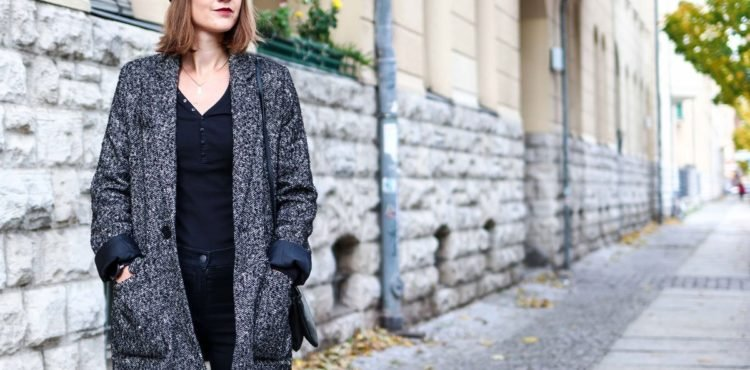 Outfit mit Blazer und Barett