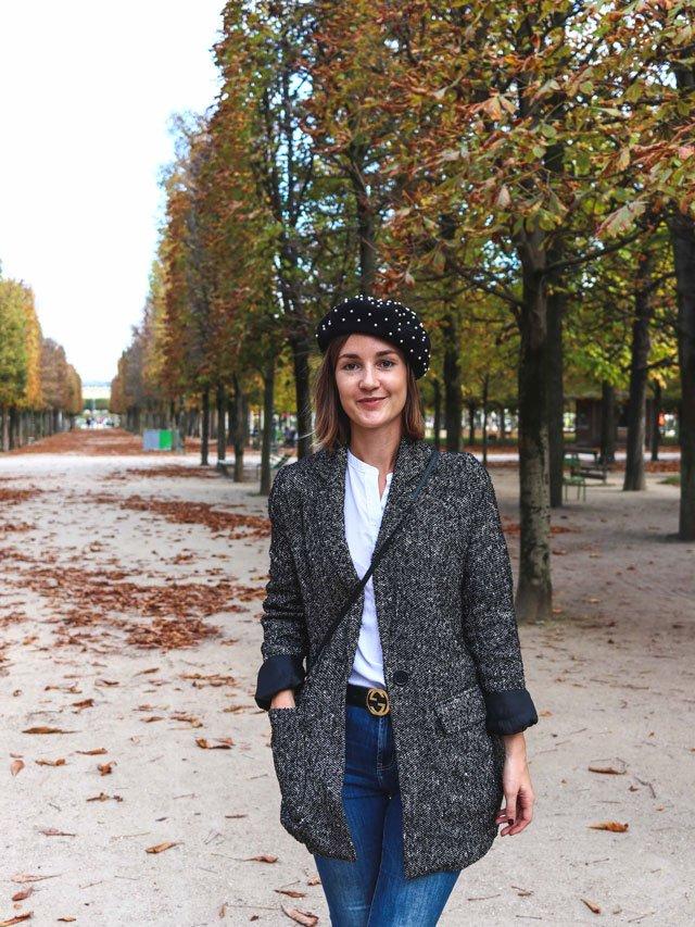 Outfit mit Blazer und Barett im Jardin des Tuileries