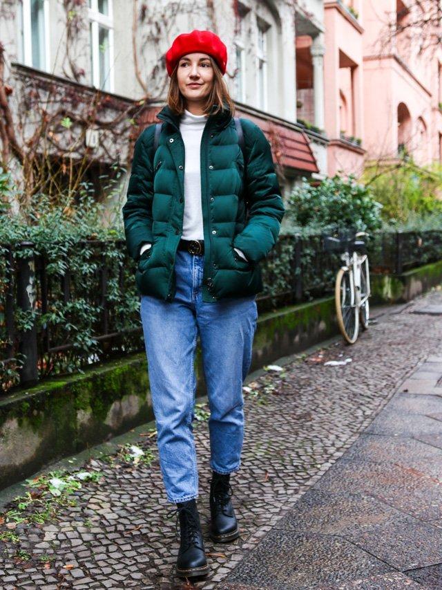 Outfit mit grüner Daunenjacke und rotem Beret von Laulhere