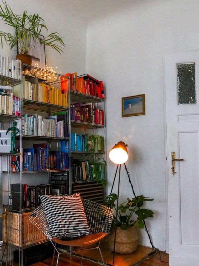 Bücherregal nach Farben sortiert