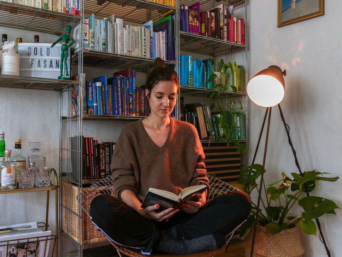 Leselampe vor Bücherregal