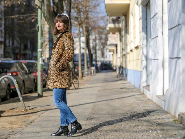 Outfit mit Leo-Mantel, Cropped Jeans und Schwarzen Boots