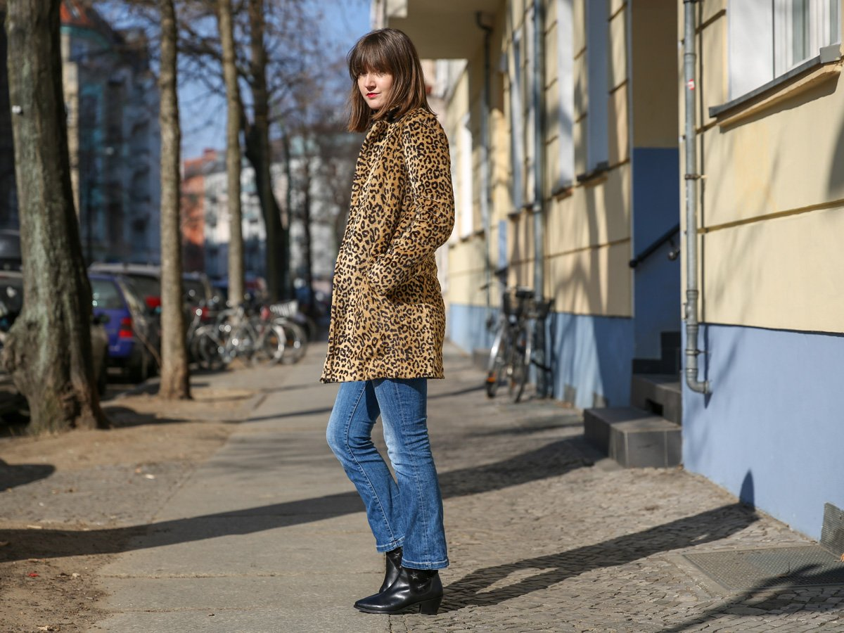 Outfit mit Leo Mantel und Cropped Jeans