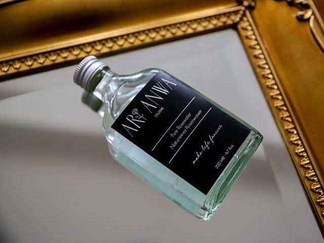 Flasche mit Rosenwasser von Ari Anwa