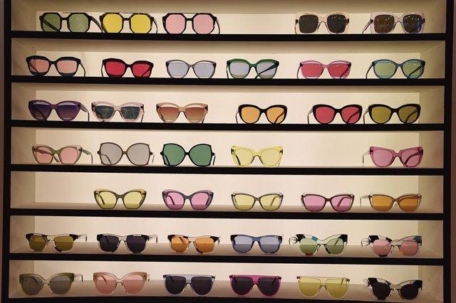 Sonnenbrillen mit transparenten Gläsern und Rahmen