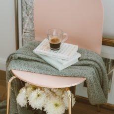 Stuhl mit Bücherstapel