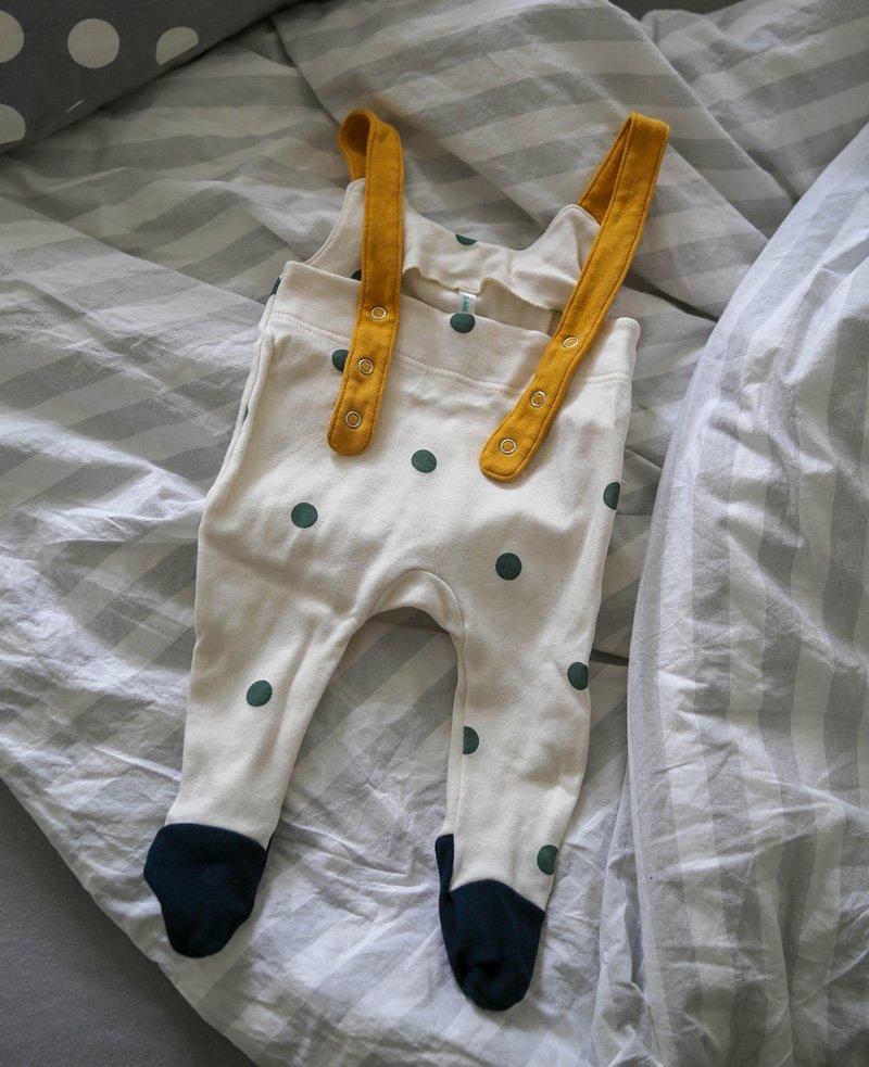 Baby Latzhose mit Punkten von OrganicZoo