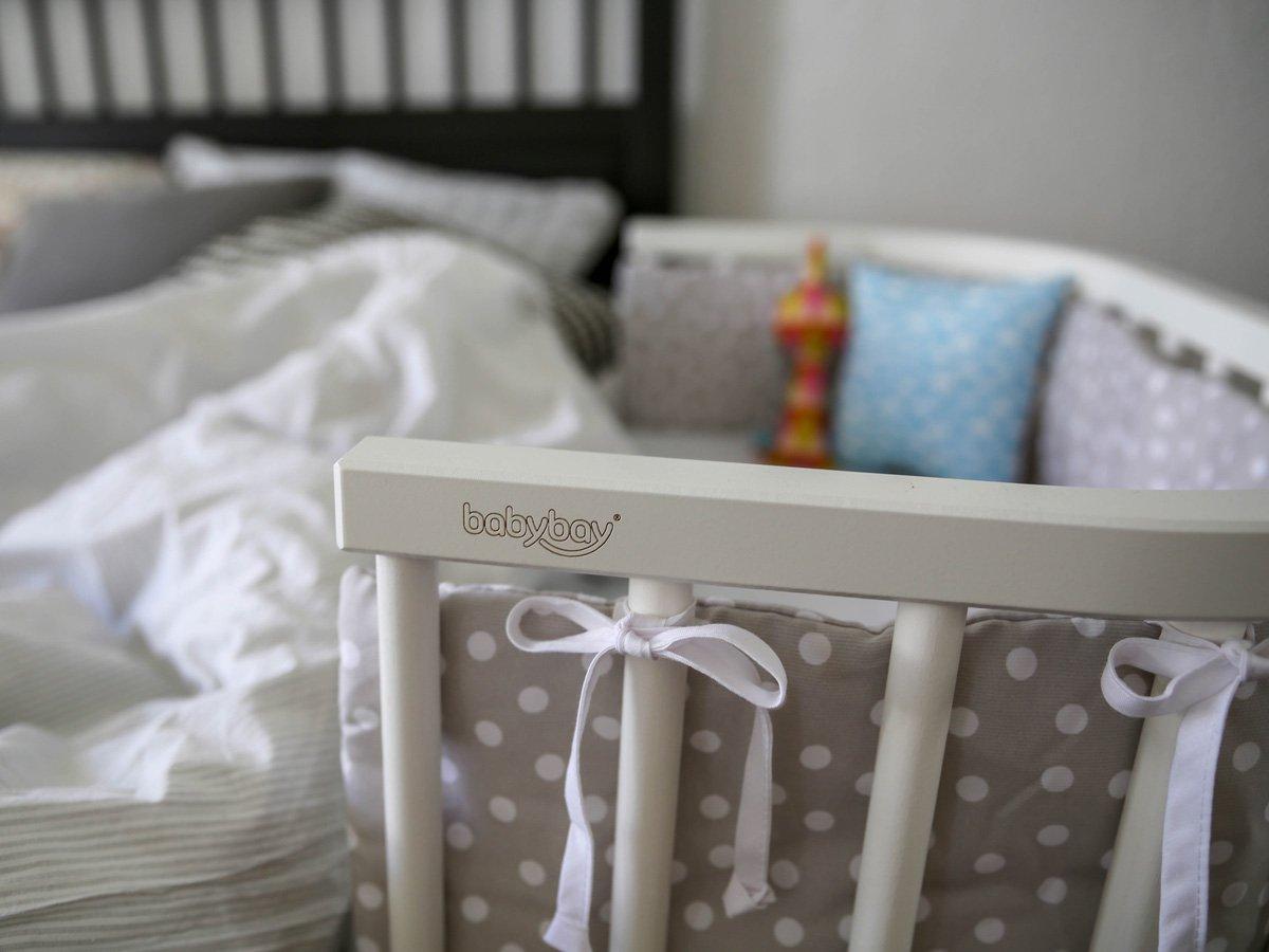 Weißes Beistellbett von Babybay mit grauem Nestchen