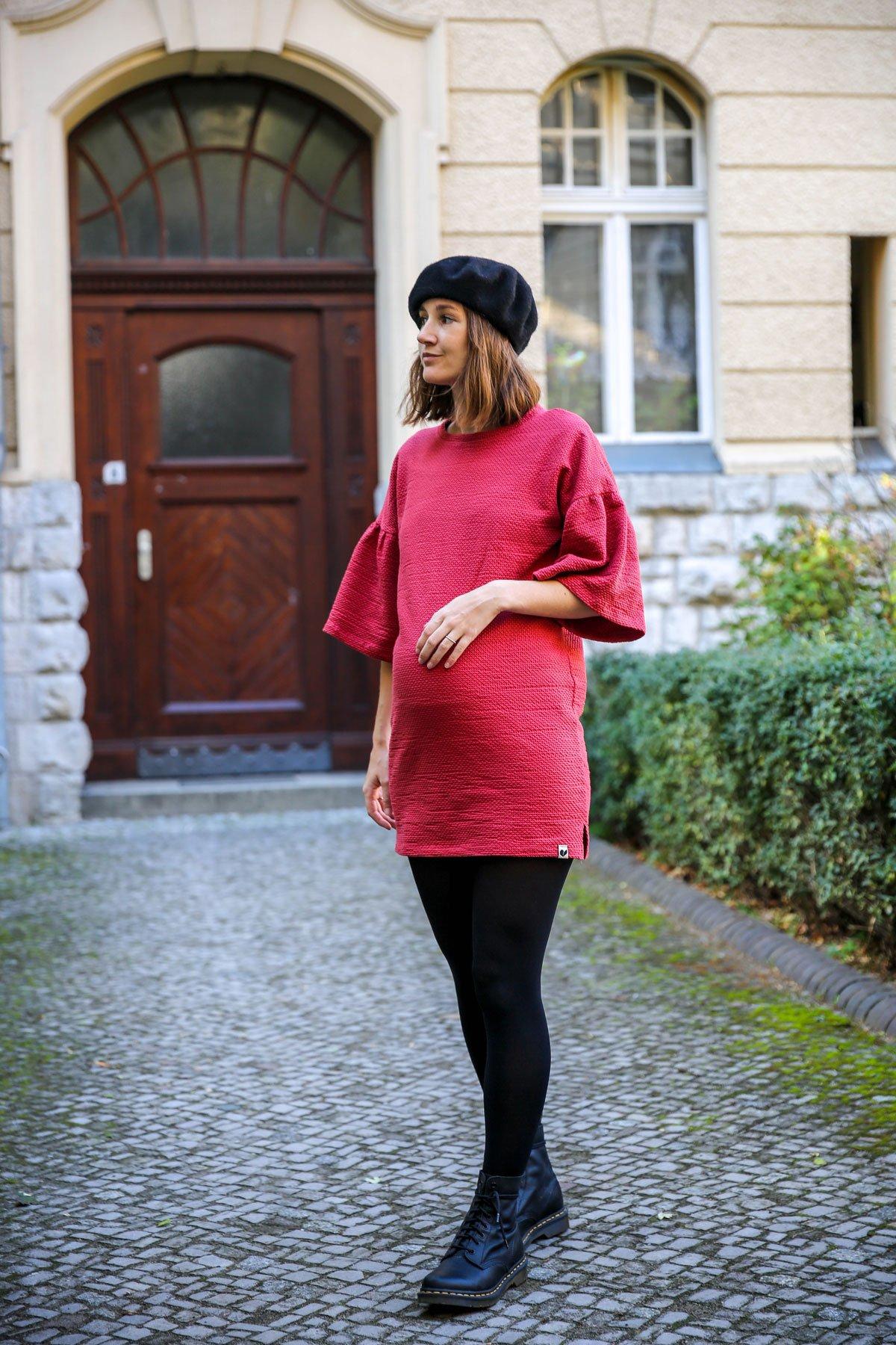 Outfit mit rotem Kleid, schwarzem Doc Martens und schwarzem Barett