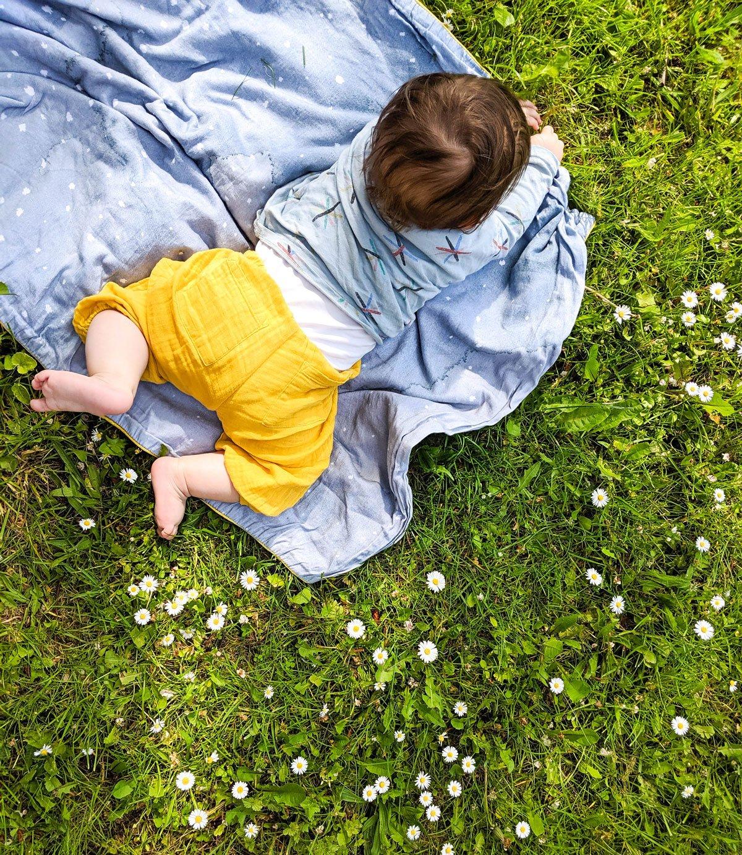 Leander im Gras auf Babydecke