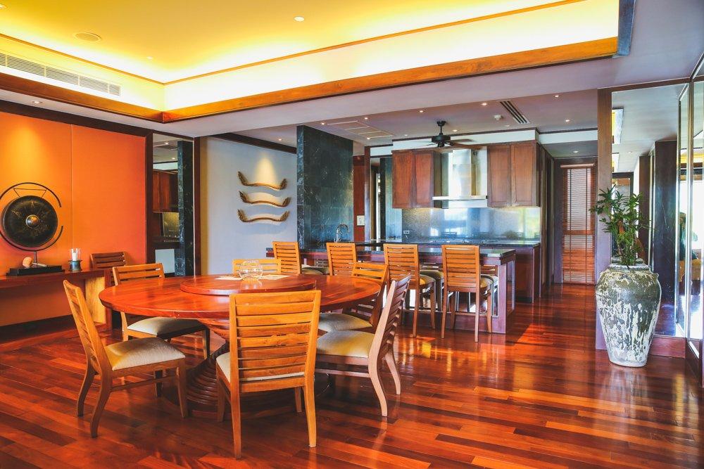 Essbereich und Küche der Pool Suite im Andara Resort Phuket