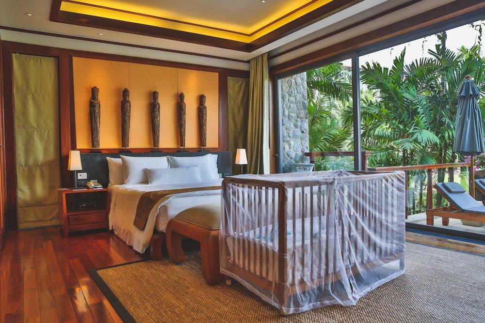 Schlafzimmer mit Babybett im Andara Resort