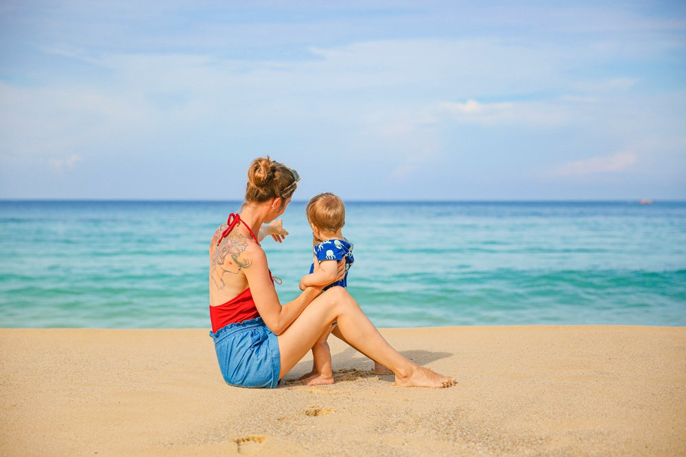 Mit Baby am Surin Beach in Phuket