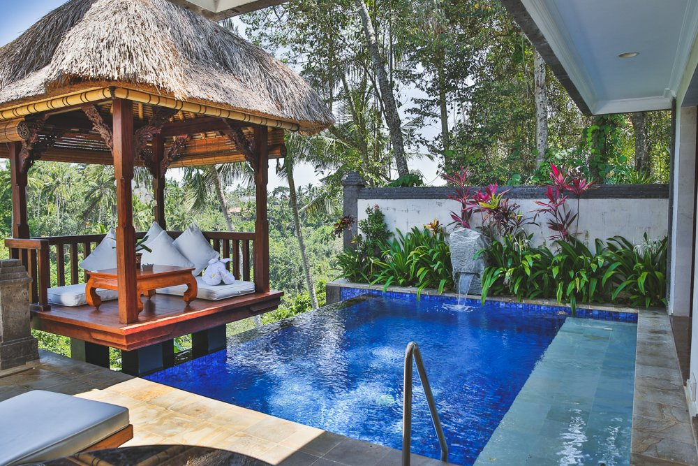 Terrasse mit Pool der Deluxe Terrace Villa im Viceroy Bali