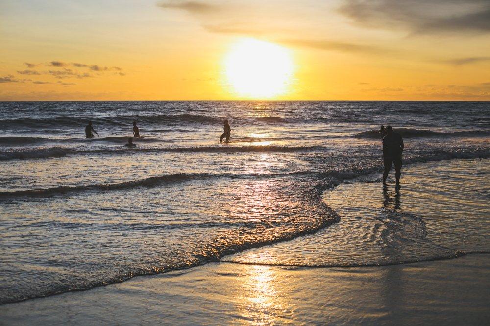Berawa Beach bei Sonnenuntergang