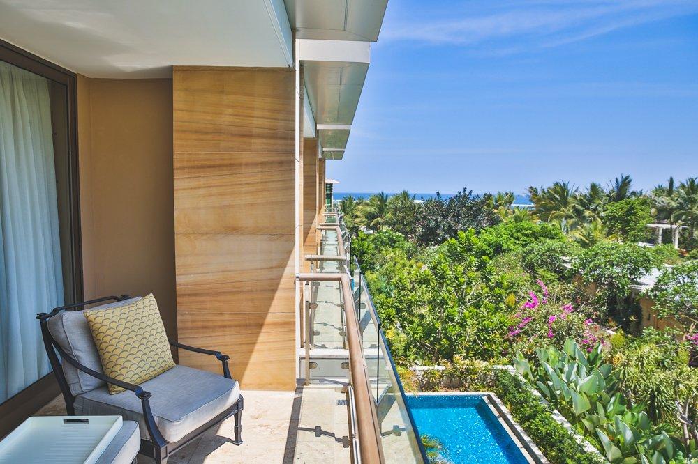 Balkon mit Blick auf den Pool im Mulia Resort